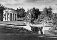 Храм Дружбы (1780-82, архитектор Ч. Камерон) и Чугунный мостик